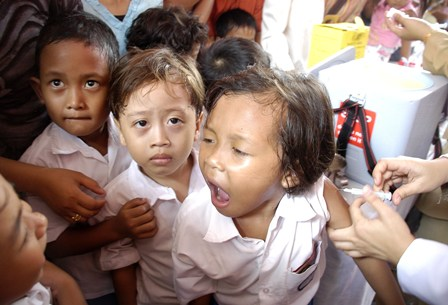Seorang anak menangis saat diberi imunisasi campak di Puskesmas Cideng, Jakarta, Selasa (27/02). Untuk memperkecil tingkat kematian akibat epidemi campak di Indonesia pemerintah mencanangkan program imunisasi campak, polio dan vitamin A yang wajib diberikan k secara gratis. TEMPO/Wahyu Setiawan 20070227